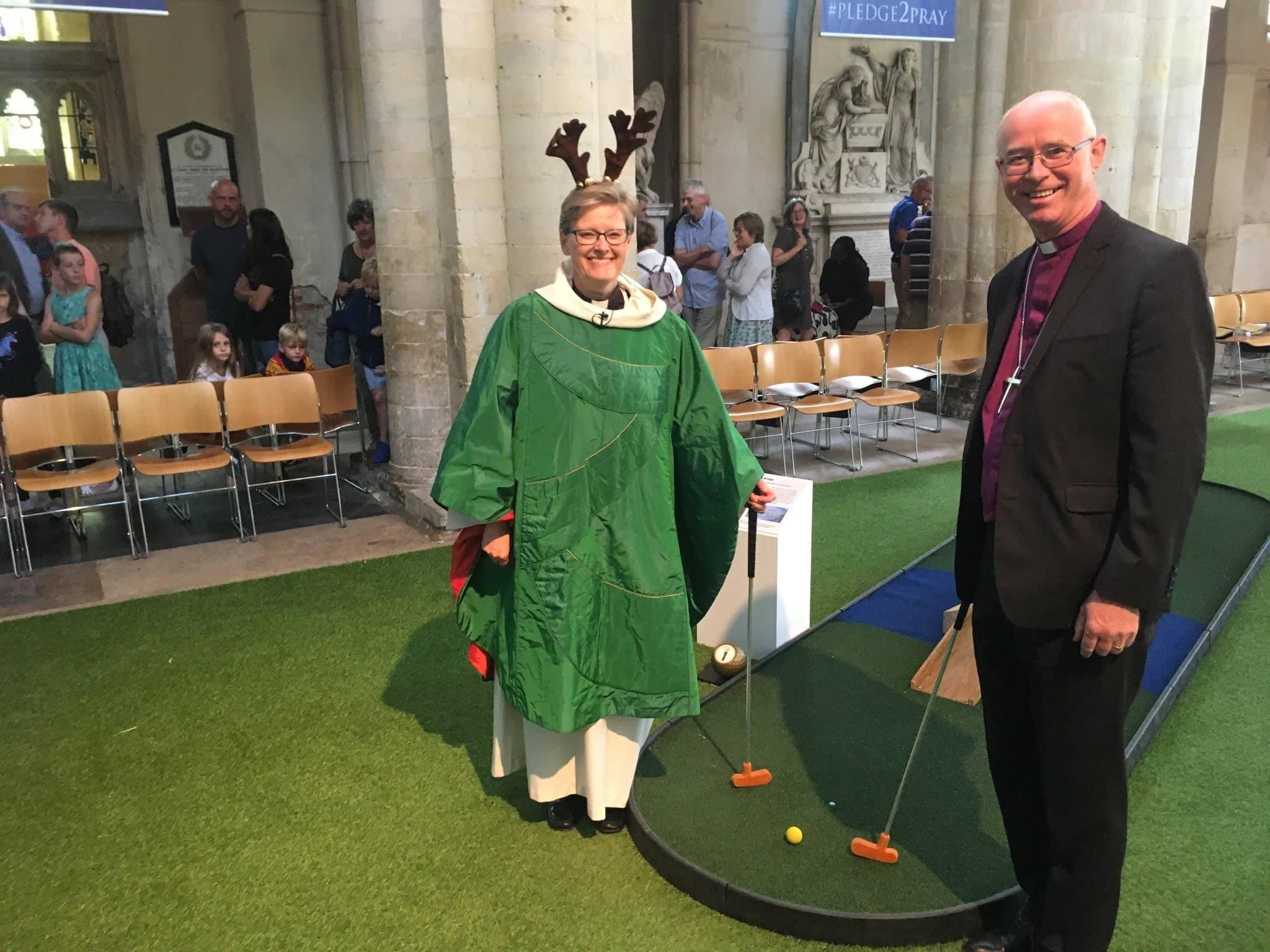 Wystarczy dać protestantom pięćset lat i już w budynkach pokościelnych grają w golfa w rogach renifera!